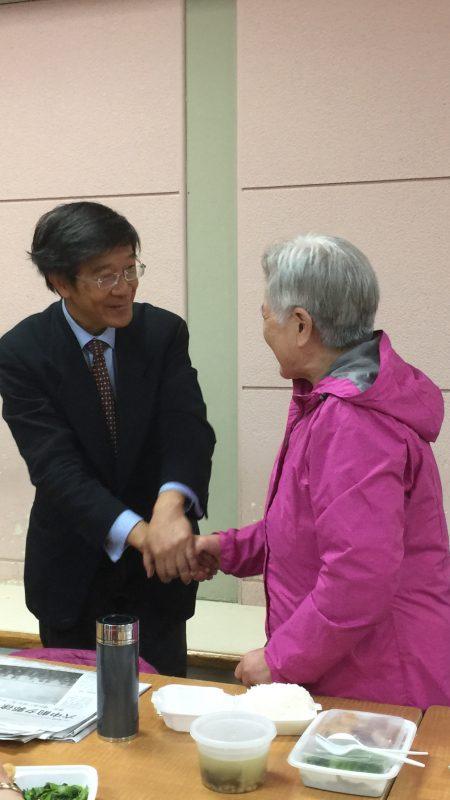 国会众议员第6选区共和党候选人苗承业(左)到台湾会馆拜票。