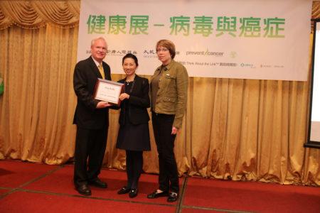 美国防癌基金会负责人Jan Bresh(右)和媒体集团副总裁马丽娟(中),也向州参议员颁发联合褒奖,感谢他们关心华人健康。(图|张学慧 大纪元)