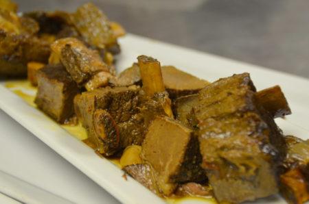 Carson Schiffkorn和Troy King的主菜是海鲜酱烤北美野牛的牛小排(陈怡然/大纪元)