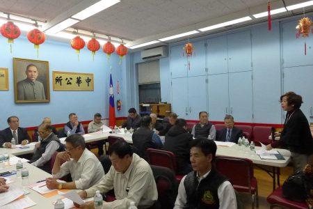 華僑學校新校長王張令瑜向校董們作校務簡報,提出改進計劃。