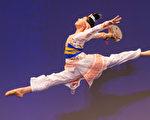 2016年10月20日,新唐人第七屆「全世界中國古典舞大賽」複賽,圖為少年女子組參賽選手吳晨表演舞蹈《在水一方》。(戴兵/大紀元)