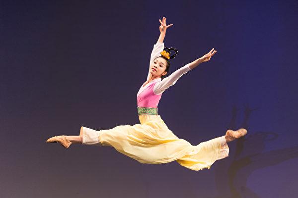 2016年10月20日,新唐人第七屆「全世界中國古典舞大賽」複賽,圖為青年女子組參賽選手李可欣表演舞蹈《昭君出塞》。(戴兵/大紀元)