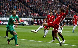 拜仁客场被法兰克福2-2逼平,图为法兰克福门将挡住拜仁球员的射门瞬间。( Lars Baron/Bongarts/Getty Images)