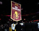 作为卫冕冠军,骑士队在赛前获颁发了总冠军戒指,升起了冠军旗帜。 (Ezra Shaw/Getty Images)