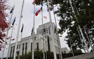 圖說:溫哥華升血旗事件持續發酵。圖為溫哥華市政府前升起的旗幟。(唐風/大紀元)