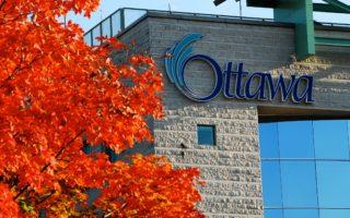 渥太华最迷人的季节莫过于秋天,无论走到哪里都能见到那缤纷灿烂的枫叶从绿变黄再变成火红色。图为渥太华市政厅外的枫叶。(任侨生/大纪元)
