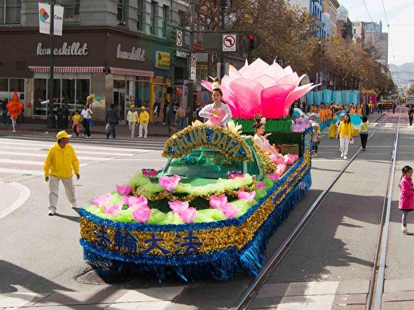 2016年10月22日,4000多名法轮功学员及民众,在旧金山举行盛大游行。(周容/大纪元)