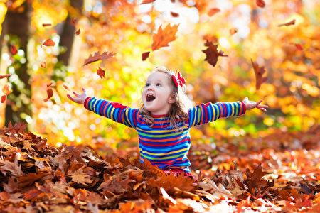纽约市内外都能找到观赏红叶的地方,美丽的湖泊加上层峦叠嶂的红叶,别有一番秋意。(Fotolia)