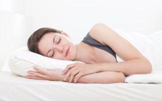 盲人在睡觉时也会做梦,但他们在梦中看得到吗?他们的梦是什么样子?图为一名在睡觉的女子。(Fotolia)