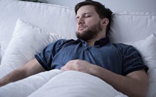 人體在睡覺時會進行一些奇特的活動,例如:分泌生長荷爾蒙等,以促進身體健康。圖為一名在睡覺的男子。(Fotolia)
