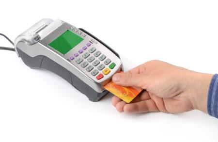 信用卡刷卡费用该不该收,一直是商家和消费者之间的矛盾所在,就连美国联邦法庭的法官也难以下断论是否能够让商家将这费用成为商品价格的一部分。(Fotolia)