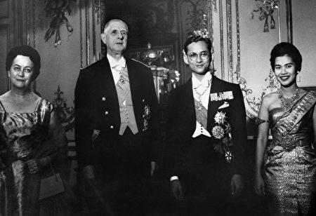 1960年10月12日,法国总统戴高乐夫妇、与普密蓬和王后诗丽吉在巴黎爱丽舍宫。 (STF/AFP/Getty Images)