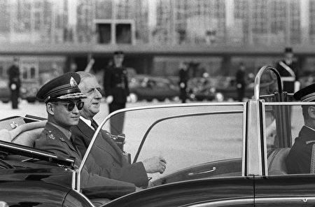 1960年10月11日,法国总统戴高乐在巴黎南部Orly机场,用雪铁龙敞篷车接泰国国王普密蓬。 (STF/AFP/Getty Images)