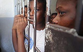 海地阿卡黑監獄於2016年10月22日發生囚犯偷槍襲警的越獄事件,造成1名獄警及1名囚犯死亡,2名囚犯受傷,174人越獄成功。本圖為海地的女子監獄。(THONY BELIZAIRE/AFP/Getty Images)