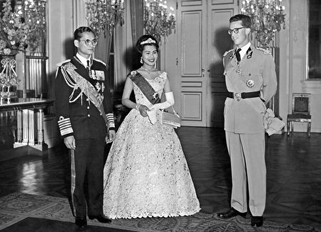 1960年10月,泰国国王普密蓬和王后诗丽吉访问比利时,这是他们跟比利时国王鲍杜安一世的合影。 (/AFP/Getty Images)