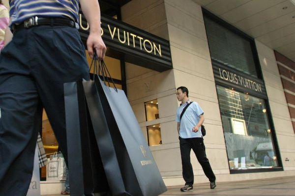 根据贝恩咨询公司,代购奢侈品和保健品已经成为一种全球现象,它去年的销售额达到340亿-500亿元人民币。(SAMANTHA SIN/AFP/Getty Images)