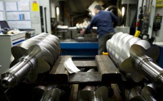 中國的製造業怎樣才不會輸呢?向德國人學習是一條可行的路。圖為德國Kaeser公司一名工人在轉子壓縮機生產線上操作。(Getty Images)