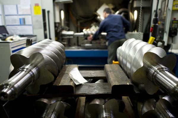 中国的制造业怎样才不会输呢?向德国人学习是一条可行的路。图为德国Kaeser公司一名工人在转子压缩机生产线上操作。(Getty Images)