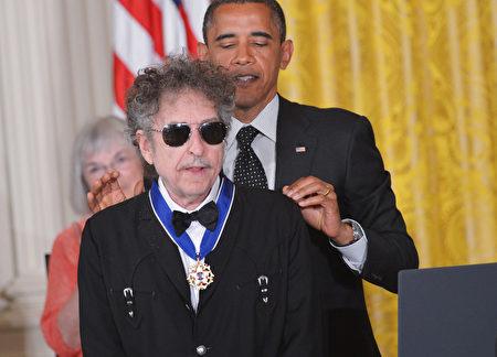 2012年奥巴马总统颁给迪伦自由勋章。(MANDEL NGAN/AFP/GettyImages)