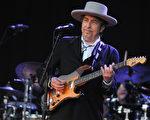 今年诺贝尔文学奖不是颁给小说、诗词或短篇故事的文学家,而是出乎意外地颁给75岁的美国歌手鲍勃.迪伦(Bob Dylan)。(FRED TANNEAU/AFP/GettyImages)
