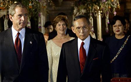 2003年10月19日,美国总统乔治W.布什和太太劳拉,与泰王普密蓬和往后诗丽吉在曼谷大皇宫。 ( PAUL J.RICHARDS/AFP/Getty Images)