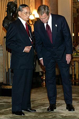 2003年10月19日,美国总统乔治W.布什在泰国出席亚太经济合作会议期间,与普密蓬密切私语。 (STEPHEN JAFFE/AFP/Getty Images)