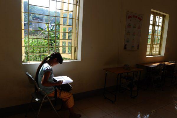 中国大陆10月初一名年仅12岁怀有身孕的越南少女,由她的先生和婆婆带到医院产检时,被发现是人口贩卖的受害者,引起社会关注。图为被卖到中国的另一名越南女子。(HOANG DINH NAM/AFP/Getty Images)