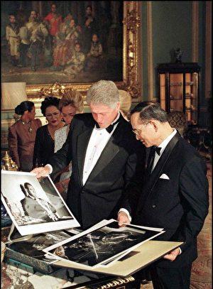 普密蓬与美国前总统克林顿在一起。 (POOL/AFP/Getty Images)