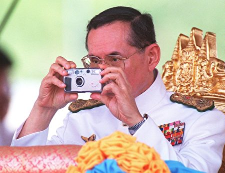 普密蓬爱好摄影,造诣甚深。 (PORNCHAI KITTIWONGSAKUL/AFP/Getty Images)