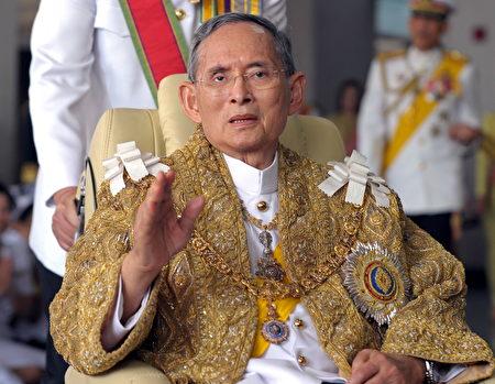 泰国国王普密蓬(Bhumibol Adulyadej )在民众中享有崇高威望。(PORNCHAI KITTIWONGSAKUL/AFP/Getty Images)