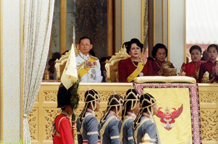 泰国国王普密蓬和王后诗丽吉在庆祝国王加冕50周年的仪式上。 (EMMANUEL DUNAND/AFP/Getty Images)