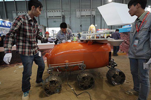 2014年中国国际工业博览会在上海国际博览中心展出用于探测火星的原型飞机。(VCG/VCG via Getty Images)