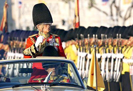 1999年12月2日,普密蓬在阅兵式,这是他生日庆典的一部分。 (EMMANUEL DUNAND/AFP/Getty Images)