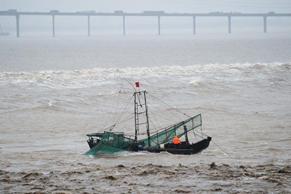 发表在《环境与科学》(Environmental Science & Technology)期刊的最新调查报告说,中国大陆是当今世界上最大的有毒氟化物排放源。图为钱塘江河口。(JOHANNES EISELE/AFP/Getty Images)