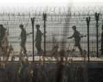朝鮮士兵在朝韓邊界巡邏。( JOHANNES EISELE/AFP/Getty Images)