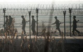 2016年2月,中國丹東和朝鮮新義州邊境,朝鮮士兵在巡邏。 (JOHANNES EISELE/AFP/Getty Images)