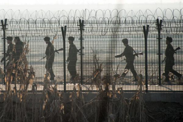 2016年2月,中国丹东和朝鲜新义州边境,朝鲜士兵在巡逻。 (JOHANNES EISELE/AFP/Getty Images)