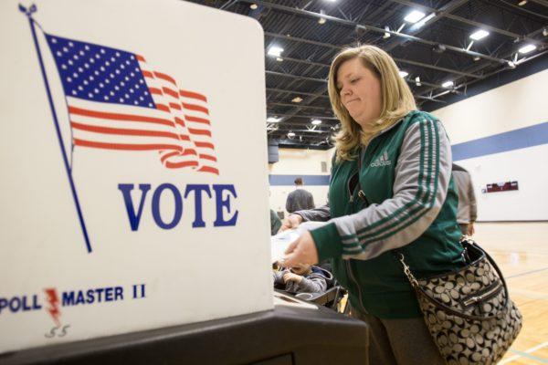 离美国大选不到一个月,川普和希拉里选战打得难分轩轾,有分析师认为,无论是谁入主白宫,中国GDP最高将下降1.75%。(GEOFF ROBINS/AFP/Getty Images)