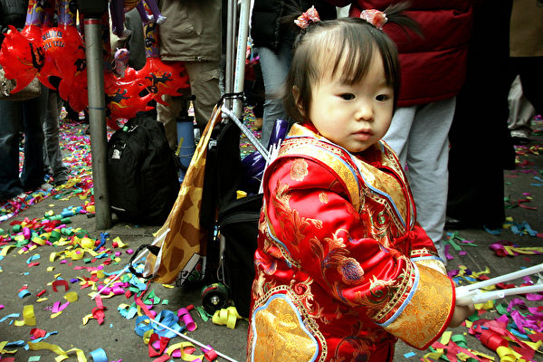 2005年2月9日纽约唐人街,一个穿中国传统服装的小女孩参加中国新年庆祝活动。(Stephen Chernin/Getty Images)