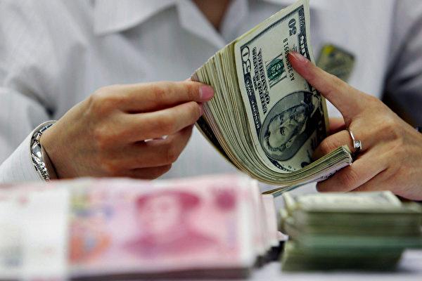 九月份,中国外汇储备下降190亿美元,至3.2万亿美元。这是自从五月份以来的最大下滑。 (STR/AFP/Getty Images)