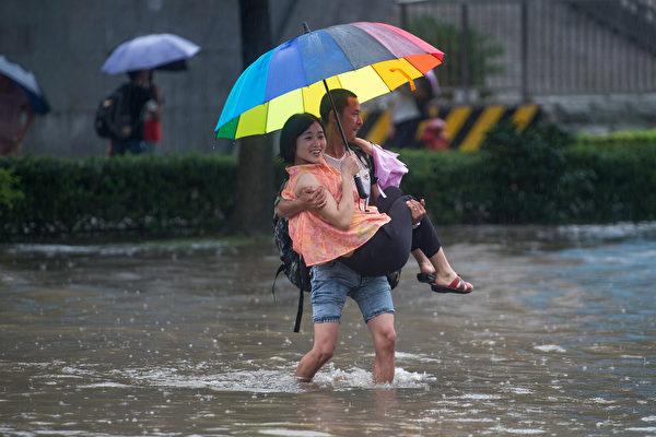 洪水比任何其他自然灾害造成更多的经济、社会和人文破坏,并在过去二十年里影响了23亿人。中国尤其受到影响。 ( STR/AFP/Getty Images)