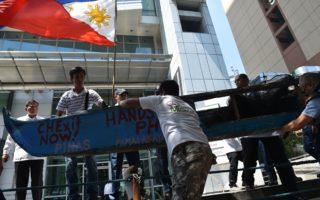 2016年7月,菲律賓漁民在中共駐馬尼拉領事館外面抗議中共佔領黃岩島。 (TED ALJIBE/AFP/Getty Images)