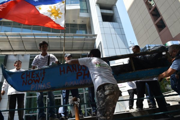 2016年7月,菲律宾渔民在中共驻马尼拉领事馆外面抗议中共占领黄岩岛。 (TED ALJIBE/AFP/Getty Images)