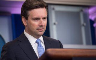 美國白宮發言人恩涅斯特(如圖)於2016年10月11日表示,總統奧巴馬考慮以對等的方式,反擊俄羅斯駭客入侵美國選舉系統的事件。(NICHOLAS KAMM/AFP/Getty Images)