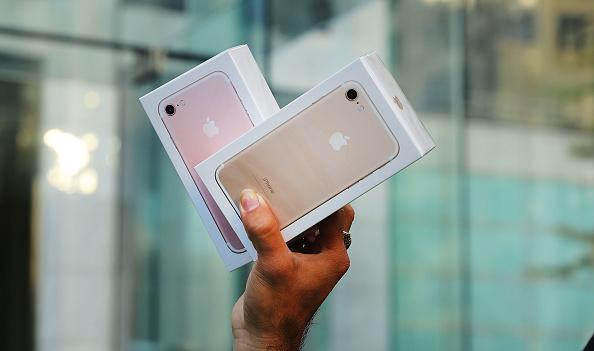 9月16日,纽约一位顾客手举两台新买的iPhone 7手机。(Spencer Platt/Getty Images)