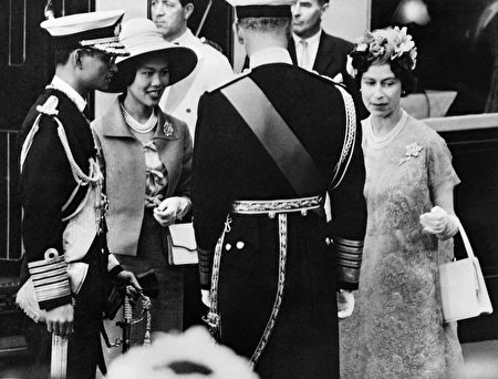 1960年7月,泰国国王普密蓬和王后诗丽吉访问英国,受到英国女王伊丽莎白二世和爱丁堡公爵的欢迎。 (/AFP/Getty Images)