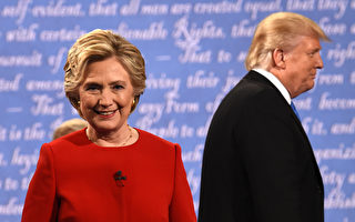 9月26日,美國總統候選人希拉里(左)和川普在首次大選辯論會結束後,準備離開講台。(TIMOTHY A. CLARY/AFP/Getty Images)