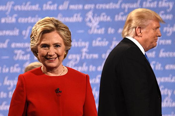 9月26日,美国总统候选人希拉里(左)和川普在首次大选辩论会结束后,准备离开讲台。(TIMOTHY A. CLARY/AFP/Getty Images)