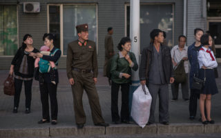 2016年9月的早晨,朝鮮平壤的居民在等待公共交通工具。  (EDJONES/AFP/Getty Images)
