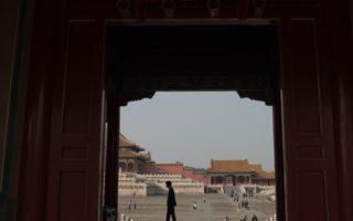 10月12日,中共極左媒體《環球時報》發表社論點名指責香港親中《成報》變臉,猛批中共江派常委張德江成了《大紀元成報》。 圖為,北京故宮一景。(NICOLAS ASFOURI/AFP/Getty Images)